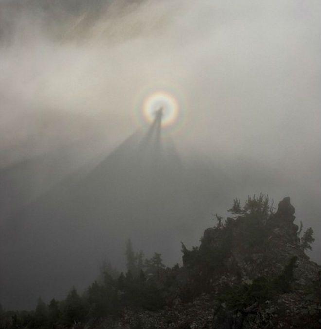 Группа туристов увидела редкую оптическую иллюзию, известную как «брокенский призрак», в Национальном парке Маунт-Рейнир в американском штате Вашингтон, сообщает The Weather Channel.