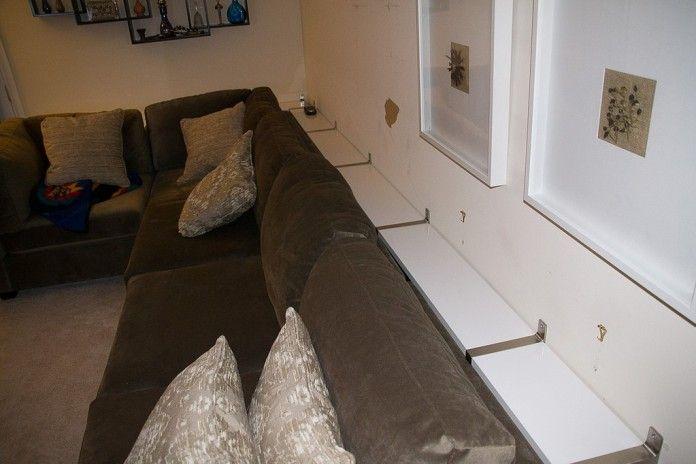 Hon lade IKEA Hyllor på väggen, sedan gjorde detta med soffan. Lysande…