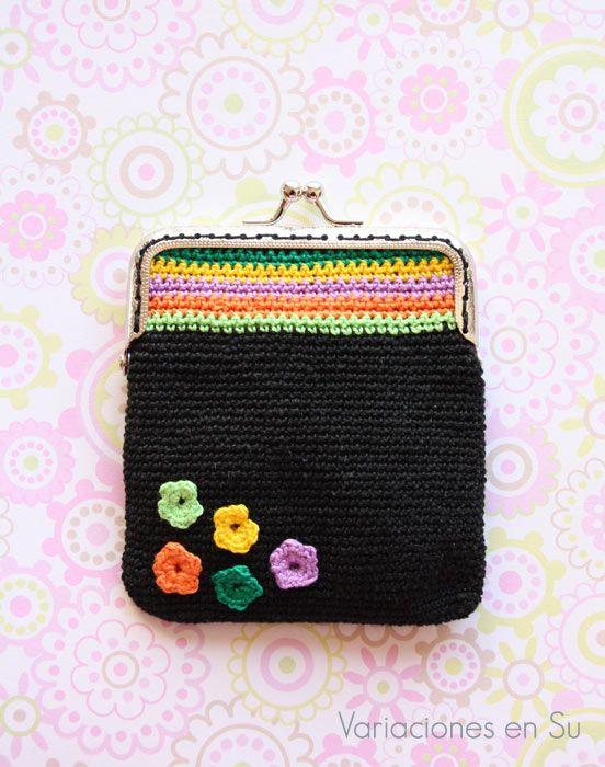 Monedero de ganchillo con flores // Crochet coin purse with flowers
