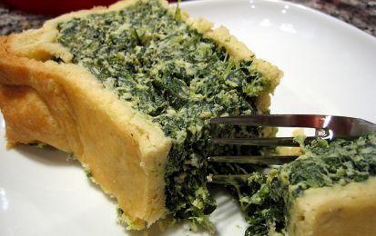 Erbazzone dolce - Ecco la ricetta dell'Erbazzone dolce, una torta tipica della provincia di Modena che prende il nome dal ripieno a base di erbette. In questo caso le verdure sono gli spinaci, conditi con ricotta, zucchero, mandorle e amaretti tritati, per la farcitura di una base di pasta frolla.