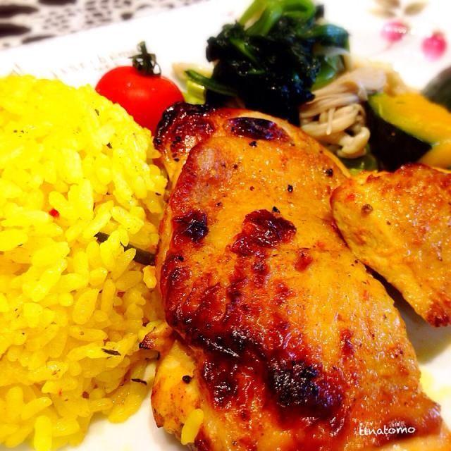 チキンはヨーグルトやスパイスで漬け込みからの、グリルです〜(≧∇≦) - 70件のもぐもぐ - 皮はパリっと!タンドリーチキン風チキンとターメリックライス、蒸し野菜! by tinatomo