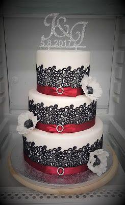 Purppurahelmi: Valkoinen kakku mustalla pitsillä ja ripauksella p...