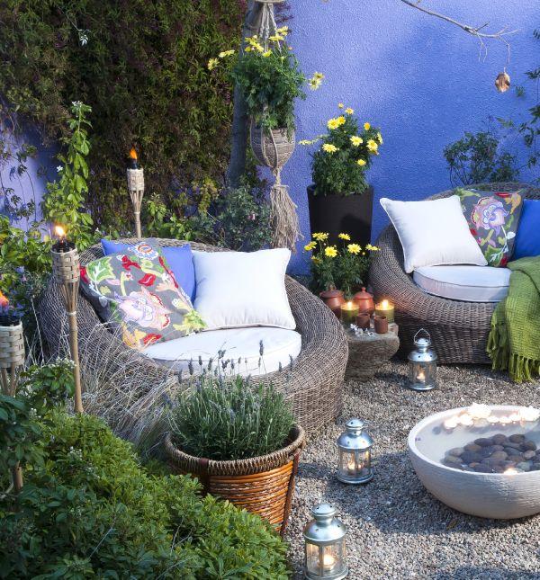 Detalles que no deben faltar en tu jardín: Iluminación con antorchas, flores y cómodos sillones con cojines de colores. ¡Pinea usando #MiJardínPerfecto! #Primavera #Deco #Terraza # #Hogar #easychile #easytienda #easy #Concurso #Jardin
