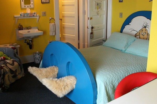 Oregon Hotel With Book Themed Rooms