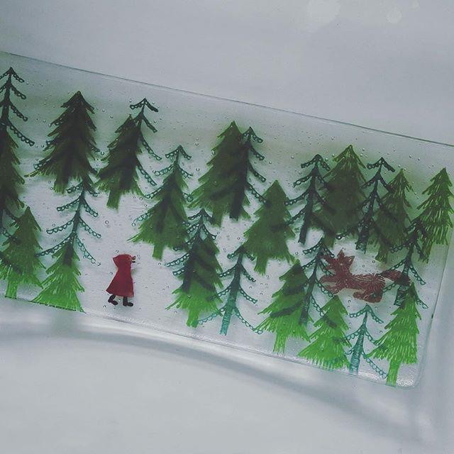 Instagram media by kurasustore - 童話をモチーフにした作品が多い土井朋子さんの長皿。赤ずきんちゃんの絵柄がかわいい。森の木陰から狼が狙ってるよー。 #東京 #神楽坂 #うつわ #工芸 #神楽坂暮らす #土井朋子 #ガラス #長皿 #赤ずきん #オオカミ #森 #グリム童話 #glassart #tomokodoi #glass #dish #plate #fairytail #littleredridinghood #wolf #forest #handicraft #japanesepopculture #kagurazakakurasu #tokyo