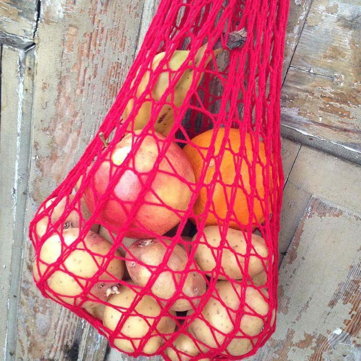 Inspirerad av @garnomera och efter några misslyckade försök (för tunt garn) har jag nu gjort min första frukt- och gröntkasse! Man får plats med förvånansvärt mycket i den, ca 2 kg potatis, en apelsin, ett äpple och en banan. Vad som fanns i kylskåpet 😉. Bra enkel stickning att fira skolavslutning med! #sticka #stickat #stickning #knit #knitting #plastbanta #simplynotable #kasse #påse