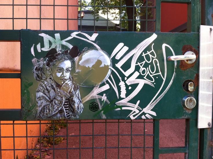 Den franske kunsteren #c215 har virkelig fått eksponert seg i Oslo. Ingen tvil om det. Selv om stilen er ganske ren, er ikke enkeltpiecene bedre enn midt på tre. Den vi ser på bildet er definitivt en av de bedre. Sjekk ut refleksjonen i ballongen.