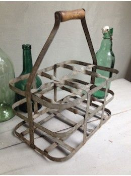 Cet ancien casier en zinc est très utile pour remonter les bouteilles de la cave, les emmener dans le jardin ou encore très décoratif dans une cuisine avec sa patine métallique et sa poignée en bois . Il est à utiliser sans ... modération ...