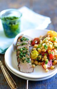 Pestomørbrad med kikærtesalat