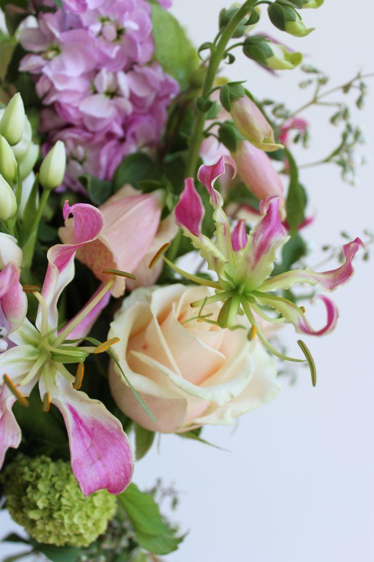 Het is buiten grauw en nat. Gelukkig vond ik ongebruikte foto's van dit vrolijke boeketje! digitalis, gloriosa, pastel, roos, roze, sneeuwbal, violier