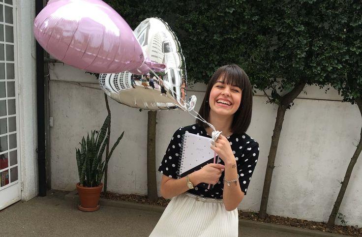 Raquel fofa segurando balões metálicos em formato de coração na festa de  lançamento do Meg Planner 2017!