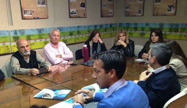EL PRESIDENTE DEL CONSORCIO DE GESTION DEL PUERTO QUEQUEN ARTURO ROJAS SE REUNIO CON EL HCD   Nosotros dentro de la ley todo fuera de la ley nada Arturo Rojas se reunió con los concejales y les manifestó su intención de trabajar coordinadamente entre el Consorcio Municipio Provincia y Nación. En el marco de su agenda de presentación formal el Presidente del Consorcio de Gestión del Puerto de Quequén Dr. Arturo Rojas mantuvo una reunión con los concejales en el recinto del Honorable Concejo…