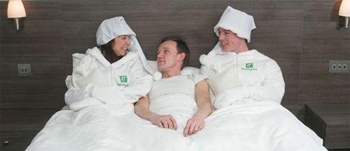 Calentador de #Camas. Se trata de un #empleado que se coloca un traje térmico especial para calentar la cama de sus huéspedes con el calor de su cuerpo. Cuando llega el cliente, la cama nunca está fría.