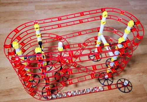 Los circuitos de canicas son hipnóticos, os lo aseguro, los hay en madera y en plástico, pero este modular en forma de montaña rusa es muy divertido.  Se venden en Kits y nosotros adquirimos uno de 14,5 metros que viene en dos cajas, una de 10,5 metros y la otra de 4.