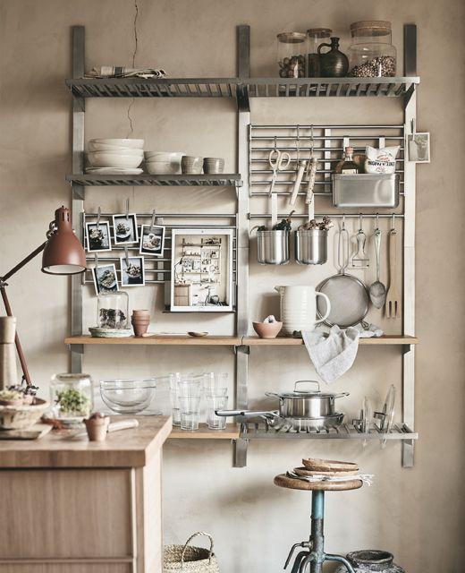 Utensili da cucina organizzati su una soluzione a parete con mensole ...
