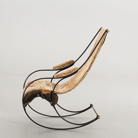 Robert Winfield var en känd möbelsnickare. Designen för denna gungstol, visades upp för första gången på världsutställningen 1851. Winfield var då känd för att ha gjort bärbara fåtöljer och militärens sängbottnar i metall. Han vann flera priser för sina arbeten och kan betraktas som en innovatör inom området.