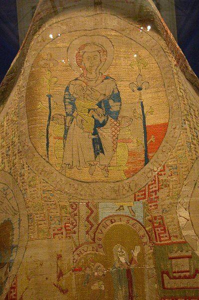 Mantello delle vesti di Göss (Cope of The Göss Vestments). Il mantello, fa parte di una serie di capi di vestiario del XIII secolo donati dalla Badessa di Göss e oggi custodito presso il Museum für Angewandte Kunst (Museum of Applied Arts) in Vienna. Il mantello è realizzato su un tessuto di lino con ricami in seta policroma che rappresentano scene della Vergine e degli Evangelisti (simboli). Il manto misura meno dei suoi predecessori, non raggiunge i 3 metri di ampiezza, infatti. I ricami…