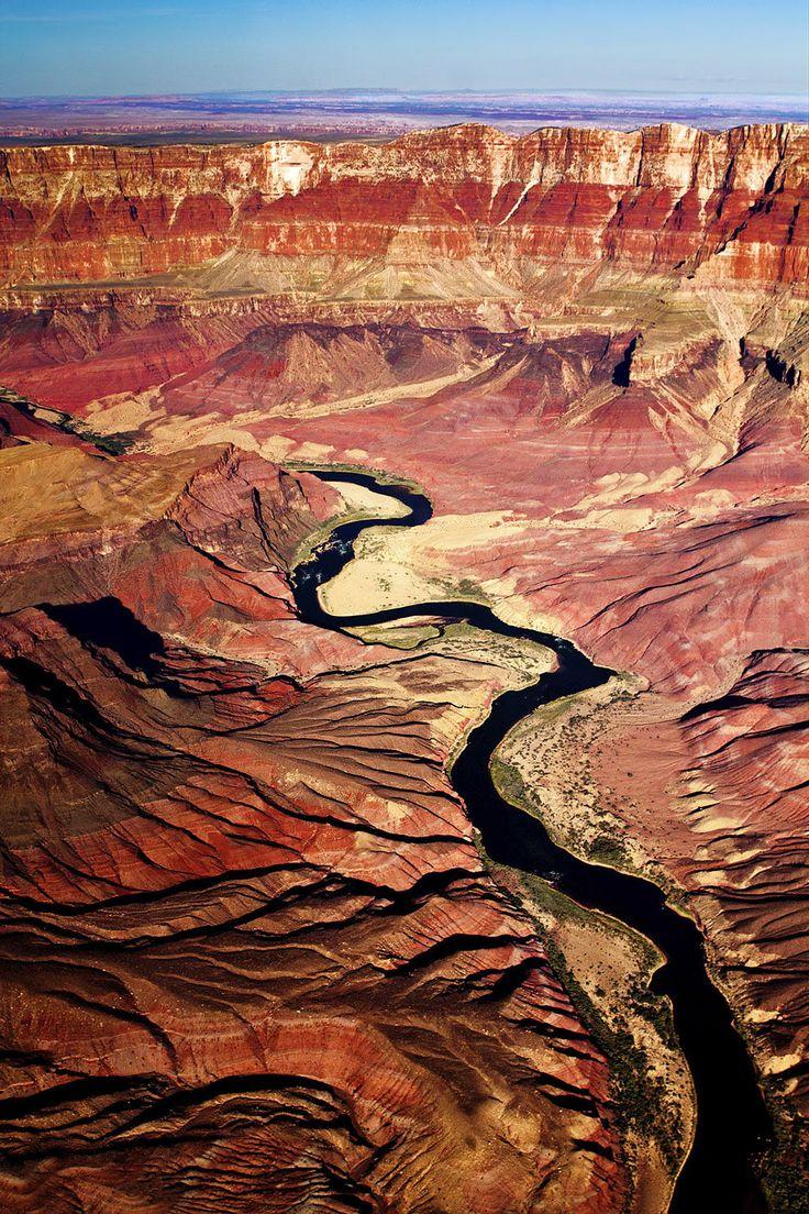 赤土と青い空のコントラストが美しい。グランドキャニオンの見所