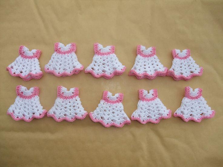 Vestidinhos 3D, em croché, feitos com linha nº 12. Ideais como ofertas de nascimento ou de batizado. Medem, aproximadamente, 5 cm de altura.