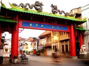 Terletak di J. Kembang Jepun, Kya Kya, tempat yang tepat untuk mencari pakaian sekaligus beberapa tempat makan yang enak. (Located on Jl. Kembang Jepun, Kya Kya Market, a right place to find several factory outlets and food stalls in Surabaya.)