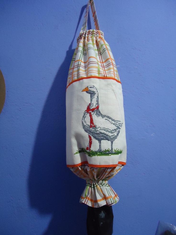 "bolsa para plasticos ""pato"" bordado  en punto de cruz"