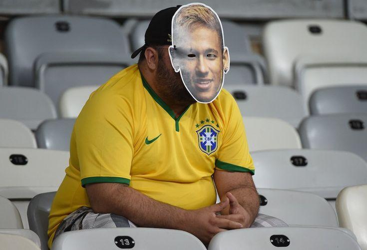 Le foto più belle dei Mondiali: La delusione di un tifoso brasiliano dopo la partita contro la Germania allo Stadio Mineirão, Belo Horizonte - Il Post