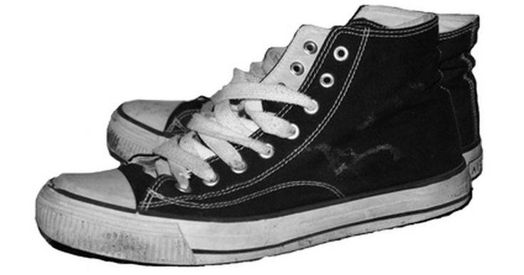 Cómo hacer que las zapatillas de baloncesto sean menos resbaladizas. Unas zapatillas de baloncesto resbalidazas es algo que a nadie le gustaría tener. Debes poder detenerte, girar y cambiar de dirección para evitar a un oponente. Lo último que quieres es caer y salir de la cancha por no poder controlar tus pies. Si tus zapatillas se han vuelto resbaladizas, puedes tomar algunas medidas para solucionar el problema.