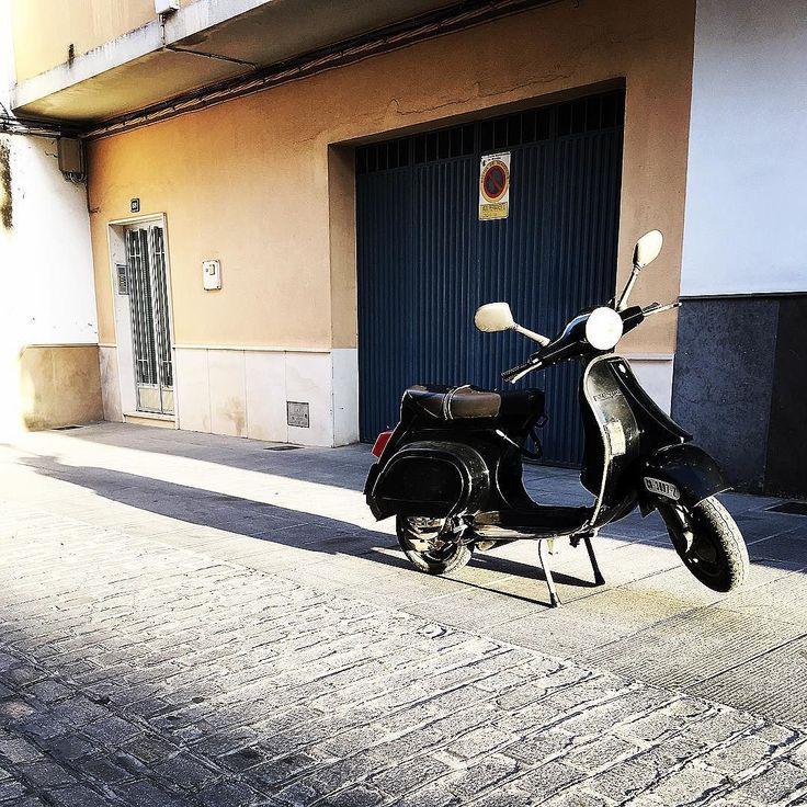 Buenos seguro q no es la #vespa más bonita del mundo pero es la mia. Desde el 90 formando parte de mi vida enseñando a gente a sacarse el carnet llevándome al trabajo a las clases sirviendo cuando hacía falta. Ha estado mucho tiempo parada pero ya era hora de volver a la carretera. #vespafl #vespafl125 #vespagram #twitter #mivespa #motovespa #bike #moto