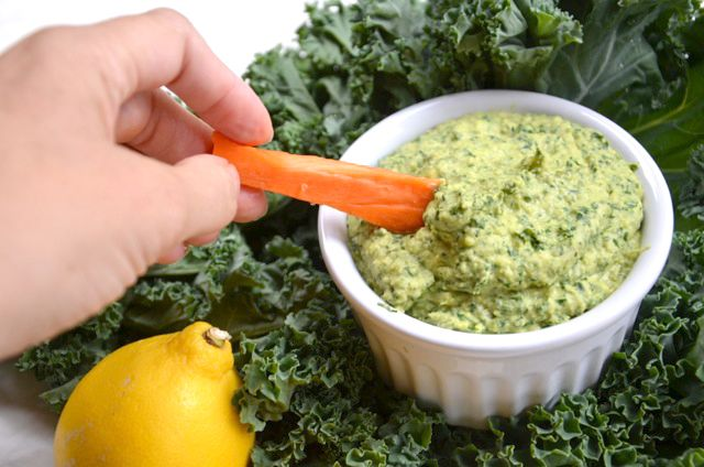 Best Kale Hummus - Make a batch of healthy, nutritious hummus in 10 minutes or less! It's packed with nutrition and amazing as a dip or spread. #vegan