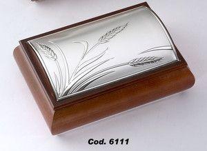 Drewniana szkatułka na biżuterię zdobiona srebrnym emblematem stanowi piękny prezent dla żony z okazji rocznicy ślubu. #urodziny #dzien_matki #imieniny