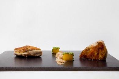 Pintada con falsa reducción de carne y piña cubierta con sésamo de wasabi …y pan de hierbabuena y almendra
