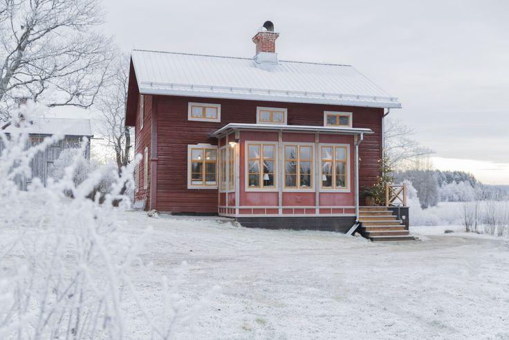 På en anrik gård med rödfärgsmålade timmerhus i utkanten av Sollefteå i Ångermanland pågår familjens julförberedelser för fullt.