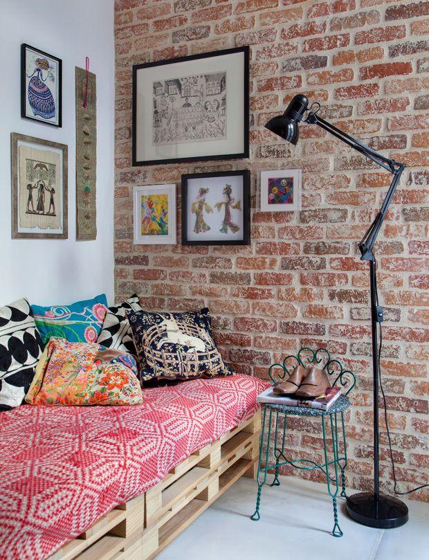 Довольно распространенное решение для интерьера в стиле лофт - мебель из палет. Заслуживают внимание картины на стенах привносящие индивидуальность в прохладный стиль интерьера. .
