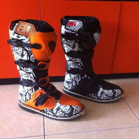 AHRS Magelang menawarkan produk terbarunya sepatu cross dengan bonus glove.