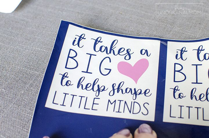 """It Takes a Big Heart to Help Shape Little Minds"" - preschool teacher mug gift! What a meaningful and adorable diy teacher gift idea for preschool or Kindergarten teachers. Free Silhouette cut file, too! | preschool teacher gift | mug cake gift | vinyl mug | teacher gift"