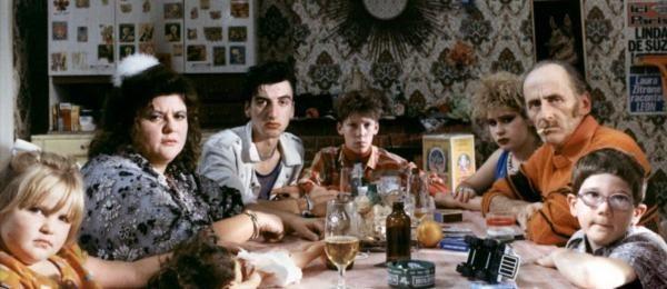 La Vie est un long fleuve tranquille (1988) d'Etienne Chatiliez. Une comédie satirique basé sur un échange d'enfant entre une famille de la bourgoisie catholique et une famille prolétaire. Caricatures et mots d'auteurs ont fait le succès du film.