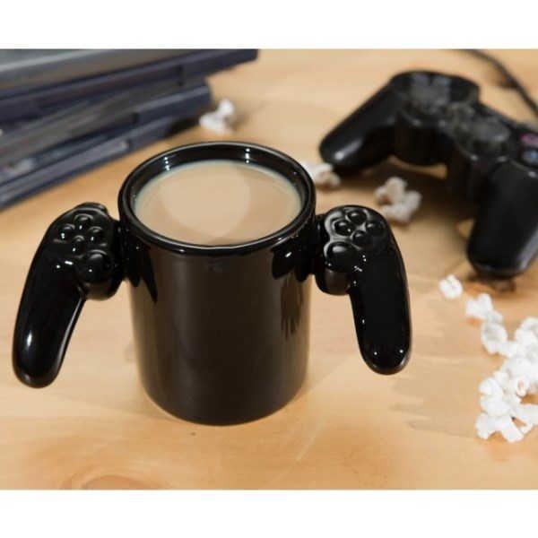Ya huele a vacaciones!! ...tiempo libre,a disfrutar ;) Te aconsejamos esta taza para que no sueltes el mando ni en el desayuno XD La taza original Game Over, es uno de los regalos que no te dará más que diversión. cuando acabes tu café te avisará en el fondo de que tu partida ha terminado. Calidad 10 para todos los productos originales en CHEHOOK, puedes usarla en lavavajillas, y tranquilos, su perfecto esmaltado impedirá que te quemes al sacarlo del microondas. disponible en www.chehook.es
