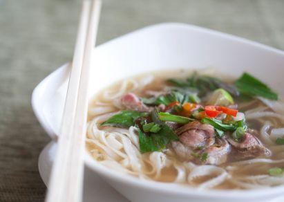 Des bols blancs mettent en valeur les couleurs vives de cette soupe.