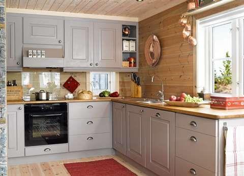 GRÅ HARMONI: Det nye kjøkkenet har fått en fargepalett i grått og beige med røde innslag. Den lange kjøkkenbenken gir god plass til matlaging.