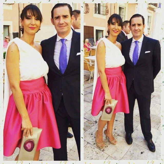 Falda globo fucsia y blusa combinado con bolso de agata de Rent a Dress