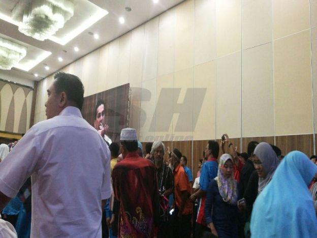 Konvensyen kecoh semua mahu tengok Tun M!   Suasana panas menyelubungi Konvensyen Pakatan Harapan 2016 hari ini apabila sesetengah peserta konvensyen berteriak melahirkan rasa tidak puas hati.  Konvensyen kecoh semua mahu tengok Tun M!  Ini kerana pandangan mereka terhadap Pengerusi Persatuan Pribumi Bersatu Malaysia (Bersatu) Tun Dr Mahathir Mohamad yang tiba tepat jam 11.47 pagi tadi dihalang oleh petugas media dan peserta ketika menyambut kehadiran bekas Perdana Menteri itu.  Rata-rata…