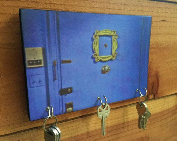 Était de 28,95 $ et est maintenant $24,95, mais juste pour aujourdhui !  Iconique « Friends » Purple Door mural porte-clef. Rachel, Ross, Phoebe, Joey,