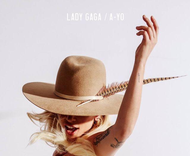 """Lady Gaga Anuncia: """"A-Yo"""" Segundo Single de """"Joanne"""" Debido a la filtración del nuevo álbum de Lady Gaga """"Joanne"""" hace unos días la cantante la cantante se apresuro en lanzar su segundo single para evitar que esto no afecte negativamente las ventas del álbum. Luego del éxito con bajo perfil de 'Perfect Illusion' la cantante estadounidense anunció su nuevo single promocional 'A-Yo'. El álbum ha estado recibiendo críticas mixtas algunas consideran que es perfecto que experimente una era…"""
