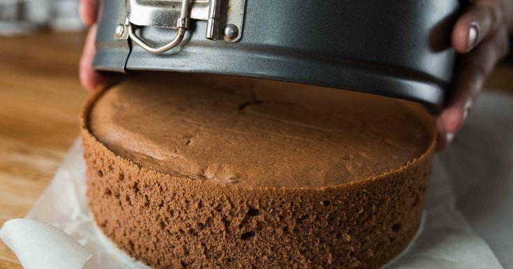 Mennyei Csokis piskóta recept! Ez a klasszikus, egyszerű csokis piskóta receptje. Szinte elronthatatlan! Készíthetünk belőle karikát tortákhoz, szeletekhez. A tökéletes torta alapja a tökéletes piskóta! A tökéletes piskótáé pedig a tökéletes recept! ;)