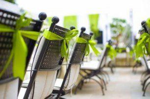 Простой декор стульев лентами