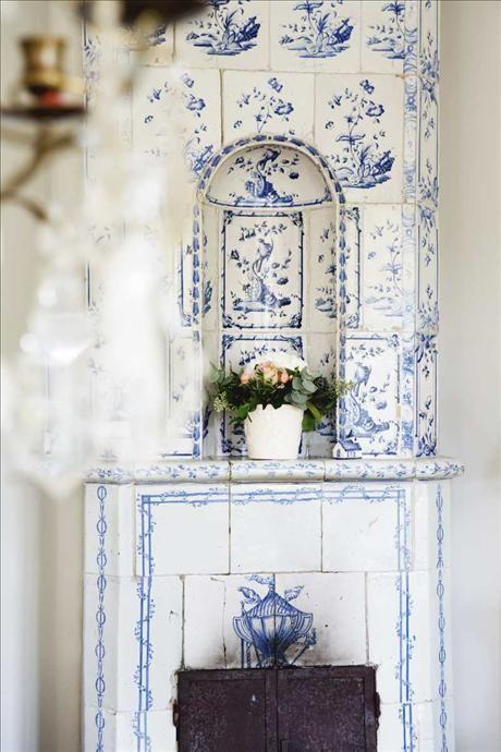 Kakelugnen i vardagsrummet, troligen en Marieberg från 1700-talet, används flitigt när det är kallt...