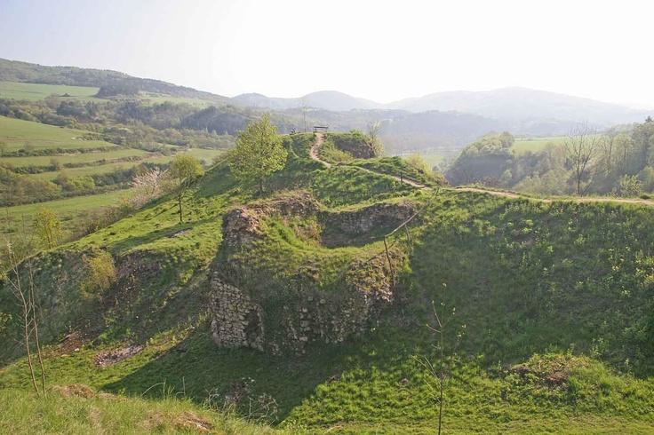 Tetín  - patří k nejstarším vesnicím v České republice. Místo bylo osídleno již v paeolitu a době hradištní. Počátky Tetína jsou v pověstech spojovány s Krokovou dcerou Tetou, ale archeologický výzkum je datován do poloviny 10. století. Počátkem 10. století zde byl dřevěný knížecí dvorec, který byl vdovským sídlem kněžny sv. Ludmily, která zde byla v roce 921 zavražděna.