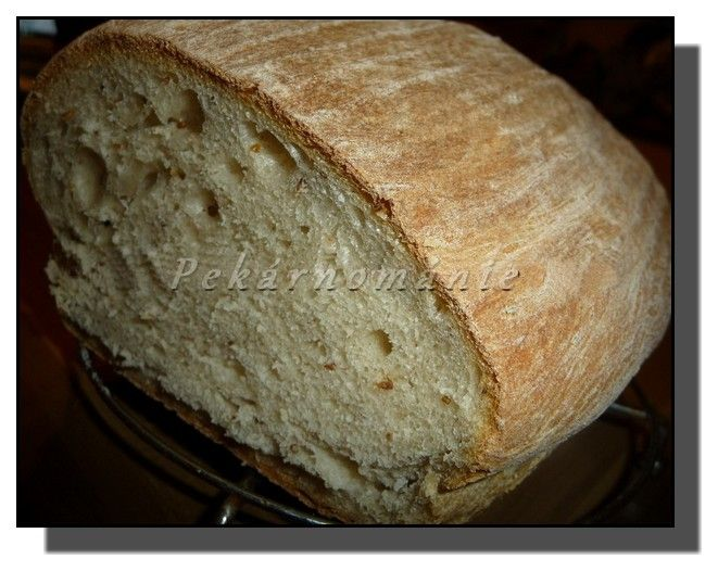 ...je lehounký, plný velkých pórů a po podmáslí příjemně nakyslý. Ničím jsem ho nepotírala - přesto má pěkně silnou kůrku, která ale není nepříjemně tvrdá. Celkem mi tento chleba hodně připomíná ty, které se daly koupit kdysi dávno.  Suroviny: na omládek: 100 ml kysaného podmáslí 100 ml vody 15 g sladěnky 10-12 g droždí…