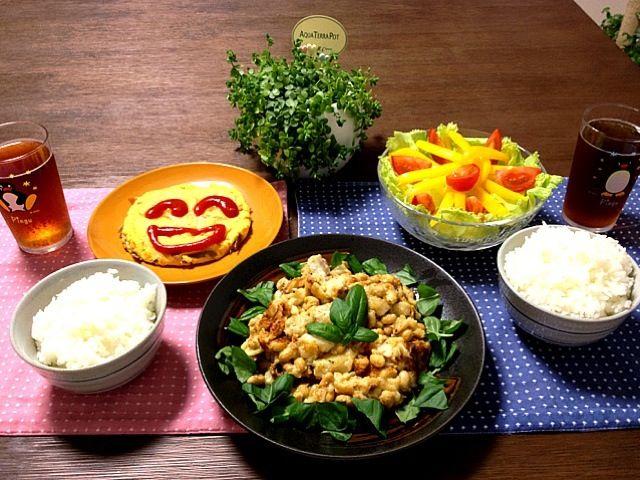 鱈と大豆のミルクチーズ煮の周りに散らしている葉は、自家製バジルです。 (^o^) - 45件のもぐもぐ - 鱈と大豆のミルクチーズ煮、舞茸とベーコンのニコニコオムレツ、パプリカとトマトのサラダ by pentarou