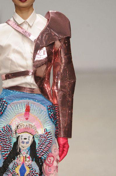 Manish Arora – Automne 2011. Le moins que l'on puisse dire c'est que la mode du créateur indien Manish Arora ne passe pas inaperçue! Véritable transformateur de la fibre textile,…